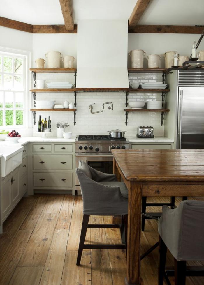 zimmerdecken küche balkendecke landhausstil holzboden offene regale