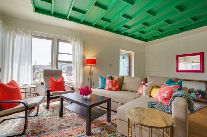 zimmerdecken wohnzimmer grüne kassettendecke farbige dekokissen
