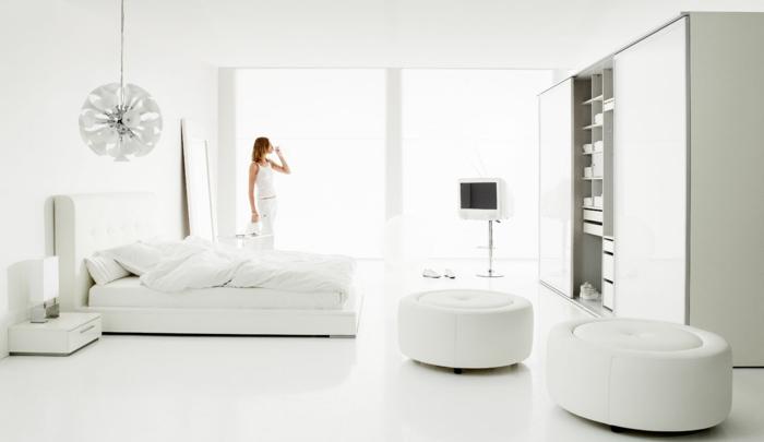 zimmergestaltung weiß schlafzimmer einrichten wiße wände weiße hocker pendelleuchte