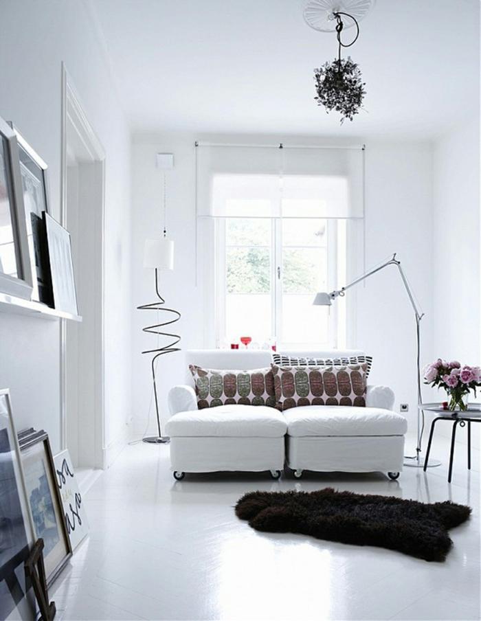 zimmergestaltung weiß weißes sofa dunkler fellteppich wohnzimmer