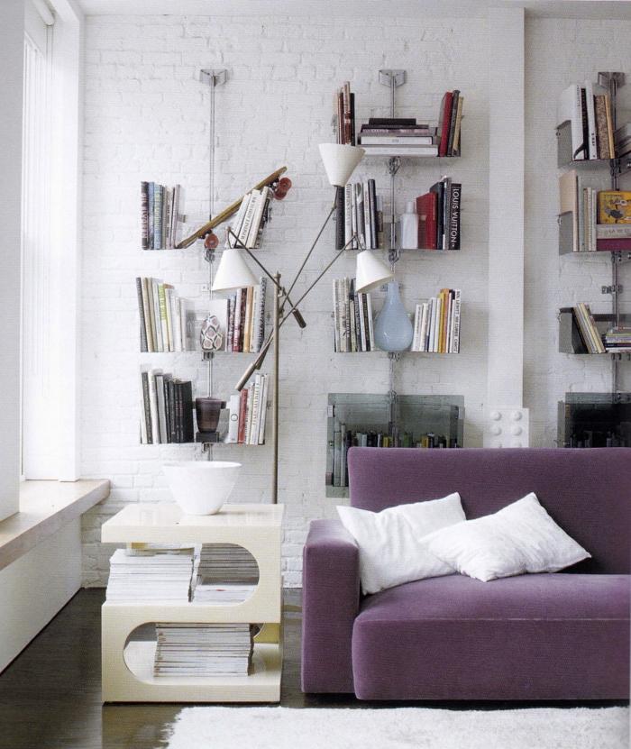 zimmergestaltung weiße ziegelwand wohnzimmer lila sofa