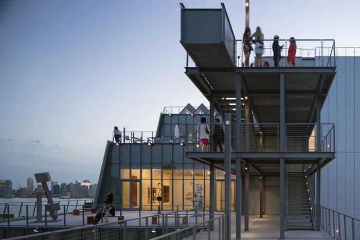 Architektin über whitney museum NY am Abend