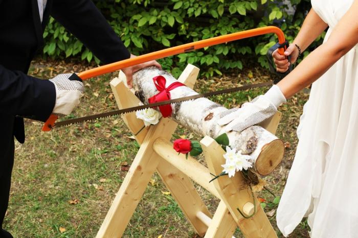 Hochzeit planen brauch baumstamm zersägen