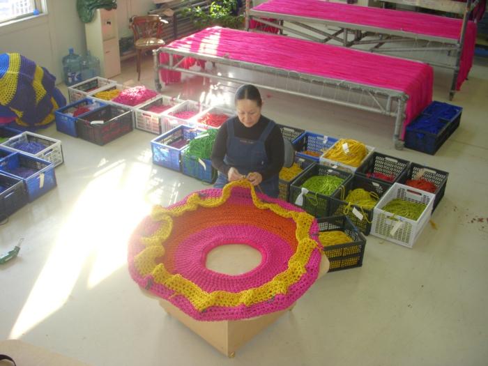 Künstlerin Toshiko Horiuchi Mac Adam am arbeiten strickwaren