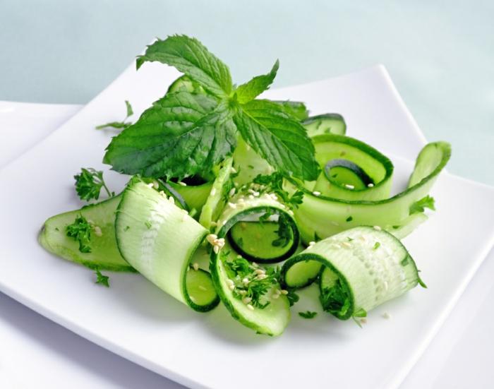 abnehmen ohne sport und diät frische salate kräuter