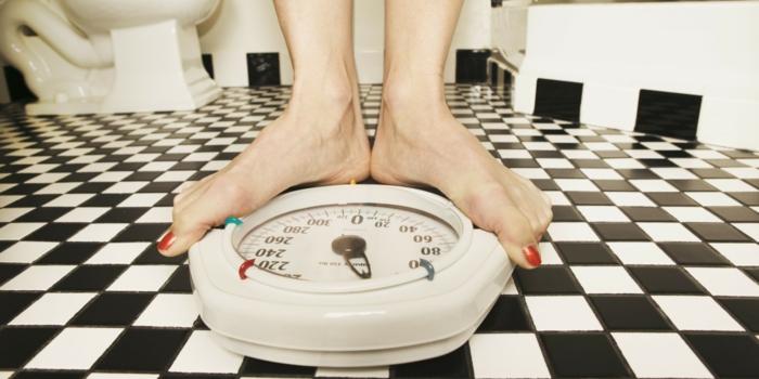 abnehmen ohne sport und diät waage gewichtskontrolle