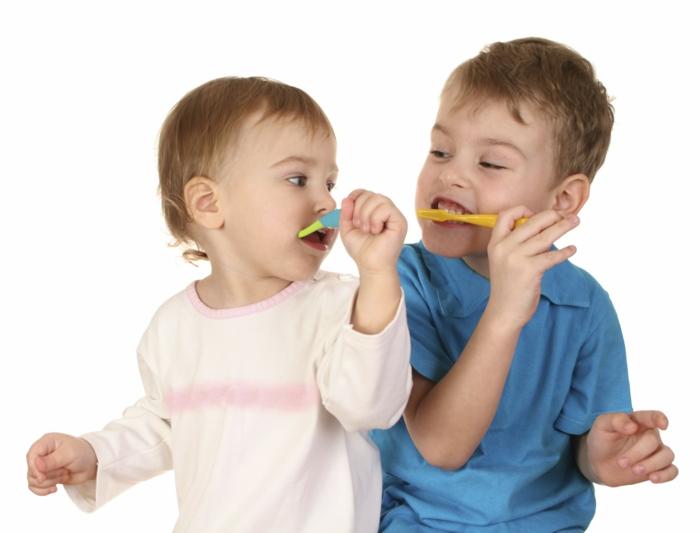 baby zähne putzen ältere kinder helfen