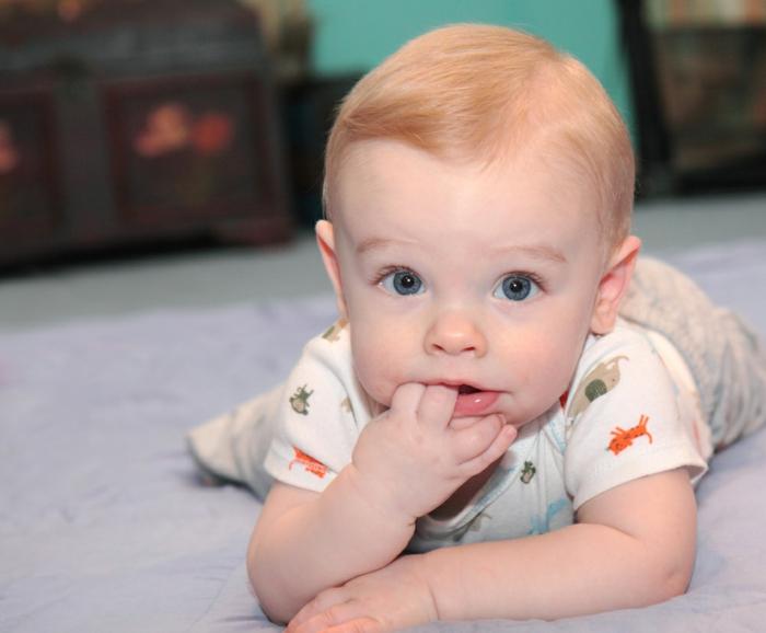 baby zähne putzen glücklich gesund