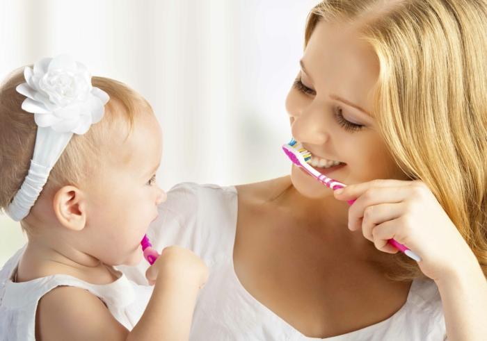 baby zähne putzen praktische tipps mädchen mutter