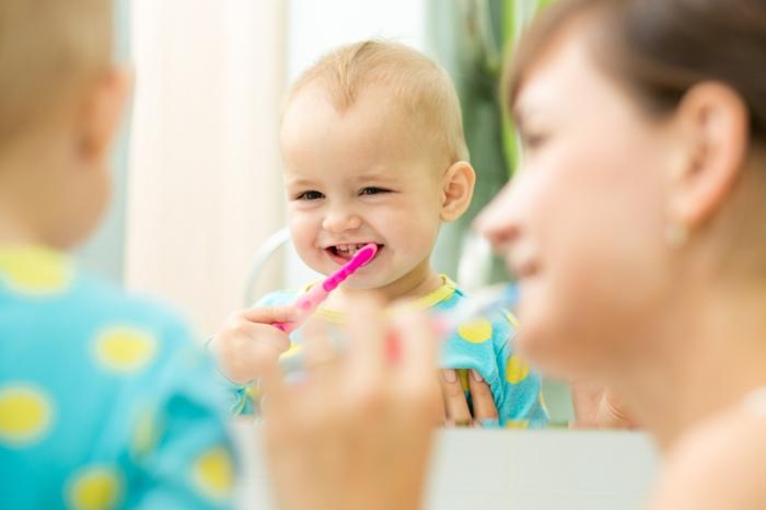 baby zähne putzen spezielle zahnbürste