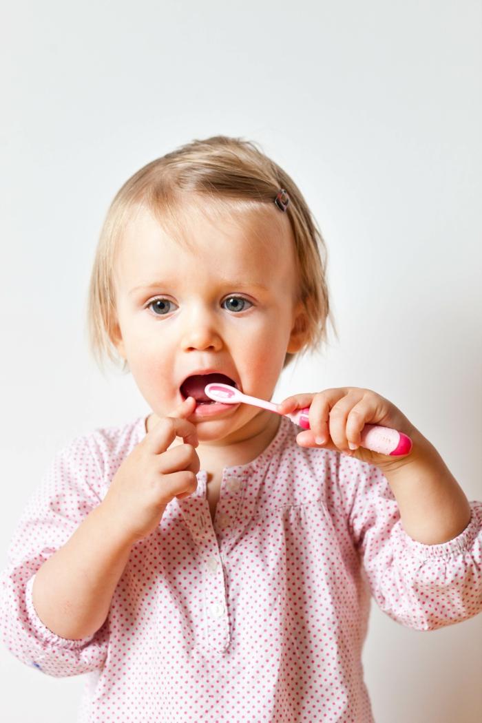 baby zähne putzen richtig gemacht mädchen zahnbürste