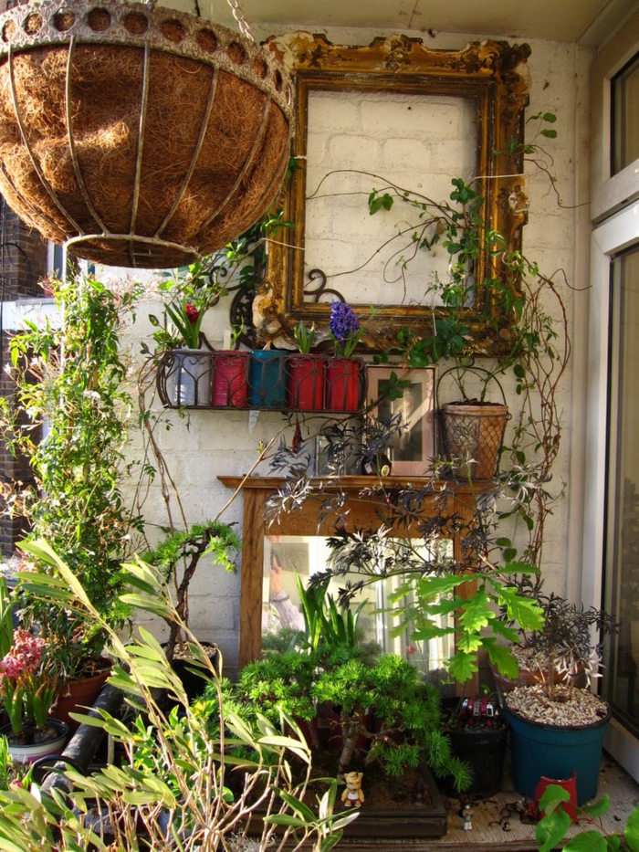 balkon dekoideen pflanzen wild bildrahmen blumenampel