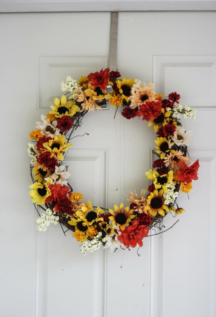 bastelideen herbst kranz herbstblumen herbstfarben eingang dekorieren