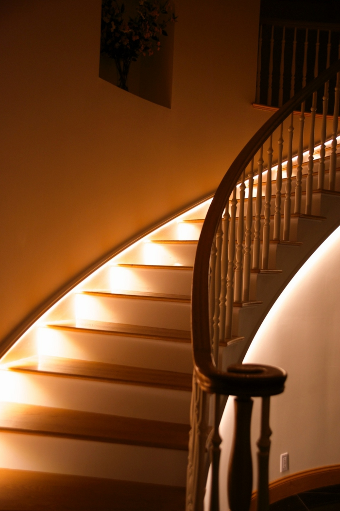 Beleuchtung treppenhaus l sst die treppe unglaublich sch n for Beleuchtung led