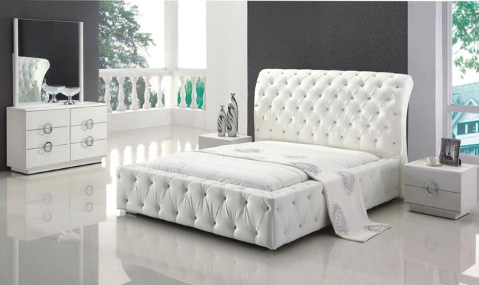betten design elegantes weißes bett glänzender boden dunkle wandgestaltung