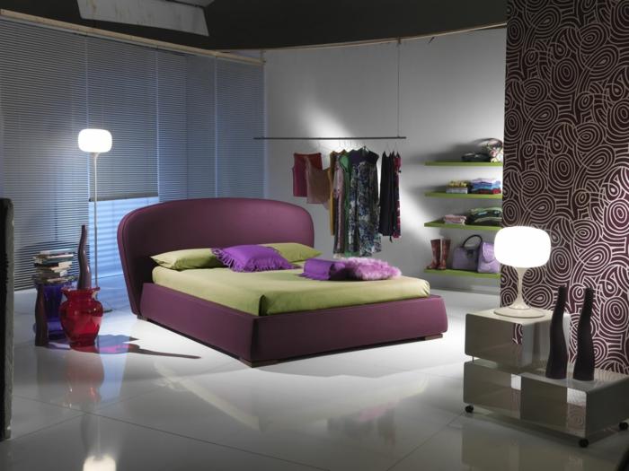betten design lila grüne bettwäsche schöne akzentwand schlafzimmer einrichten