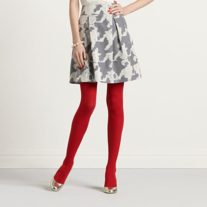 bunte strumpfhosen rot einfarbig gemustertes kleid