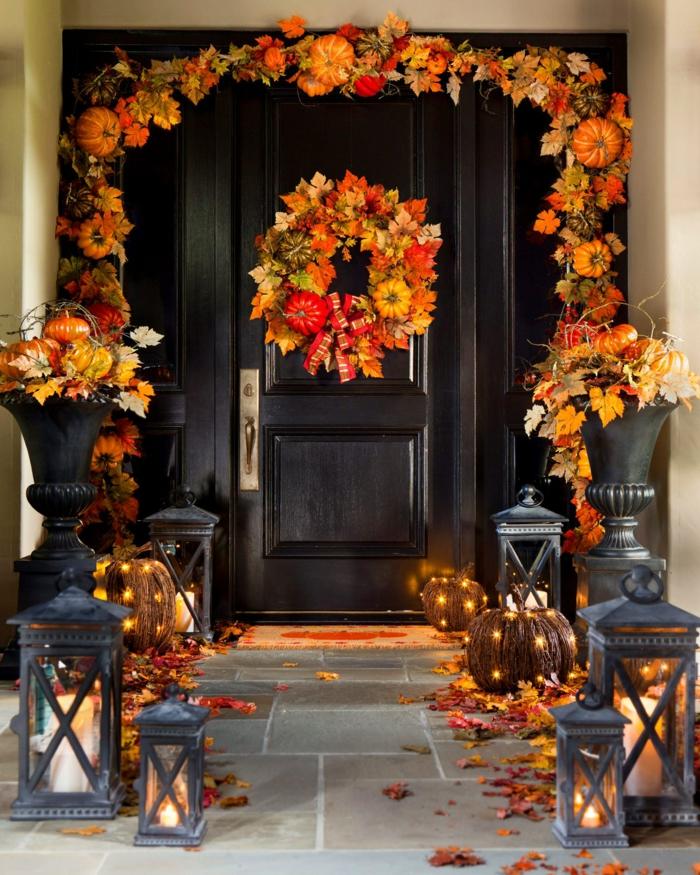 dekoideen herbst halloween deko leuchtende kürbisse herbstblätter leuchter