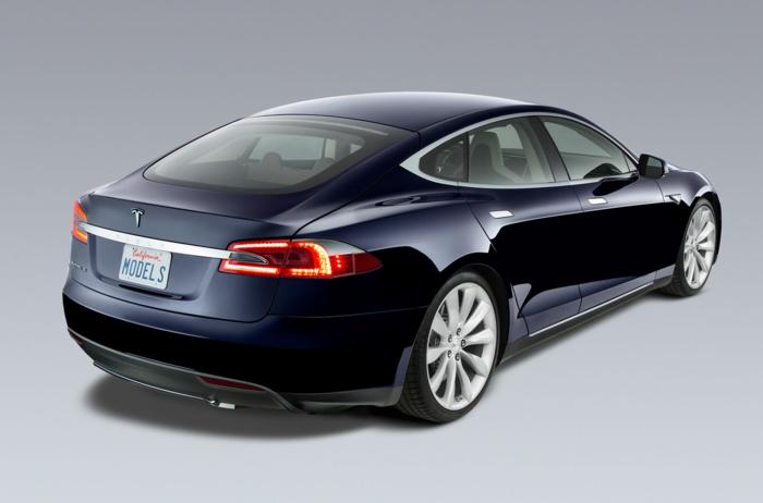 elektroauto tesla model s dunkelblau glänzend