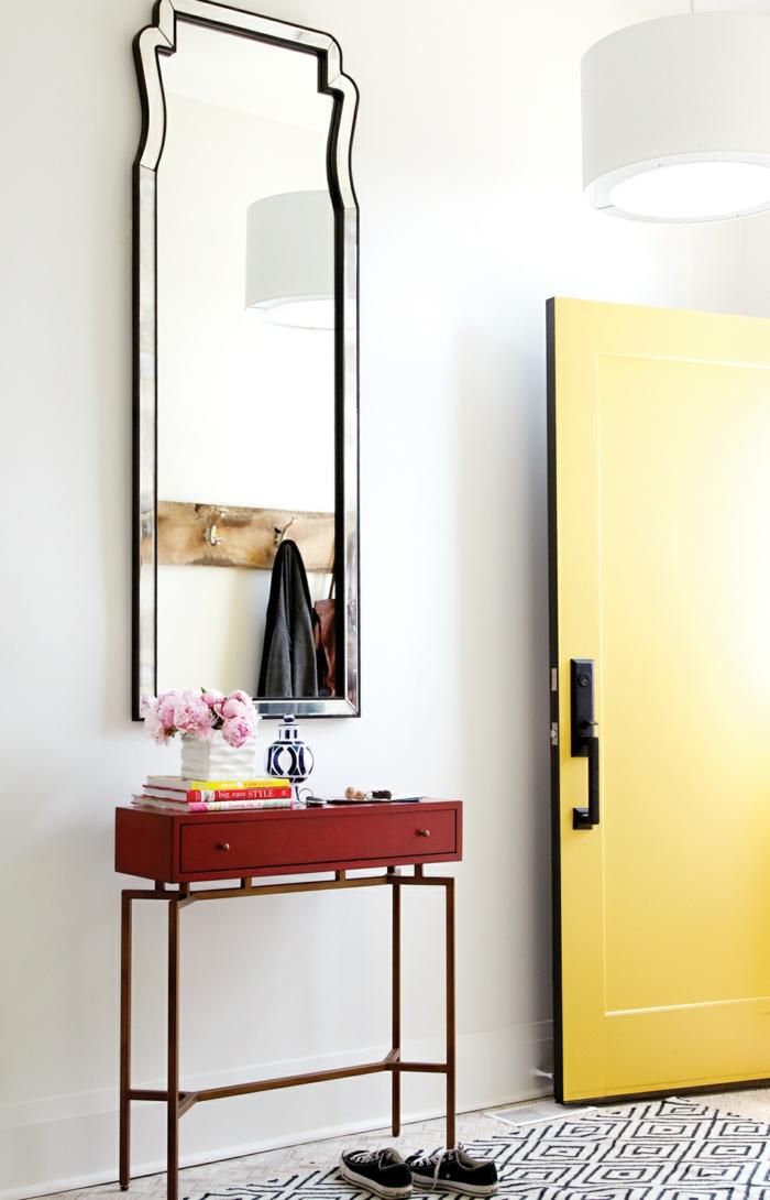 flur einrichten ideen kleine beistelltisch teppichläufer gelbe eingangstür