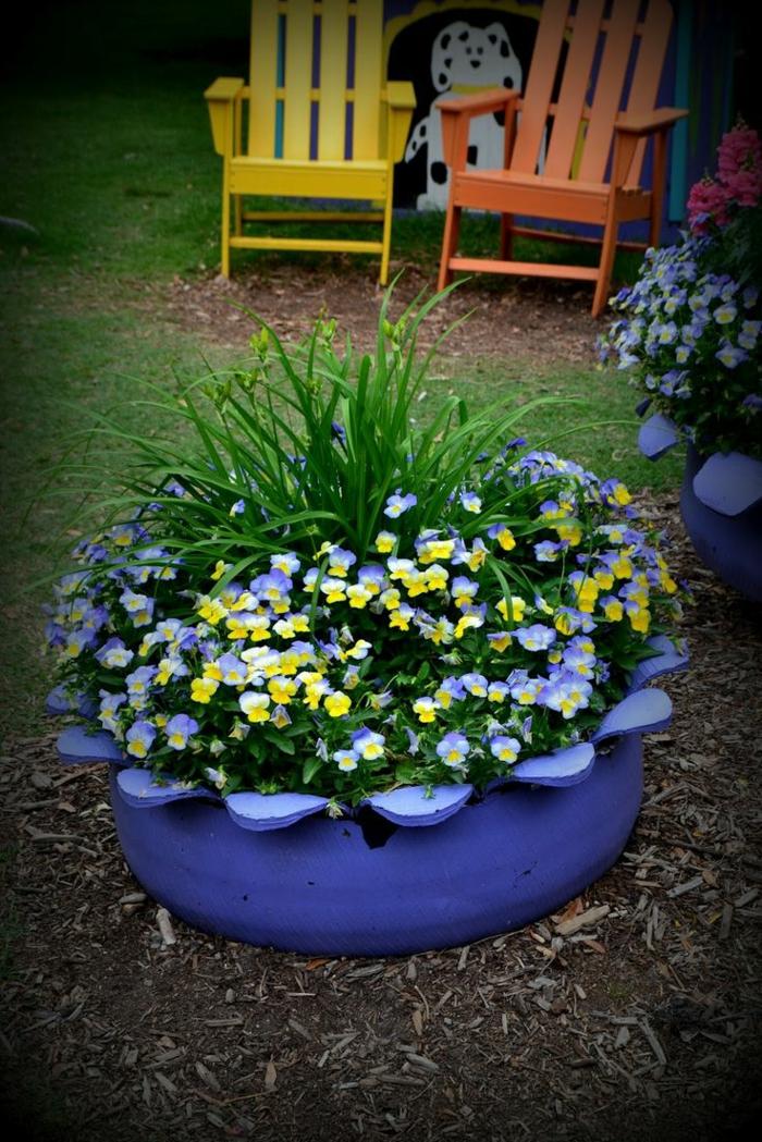gartenideen alte autoreifen diy pflanzencontainer lila