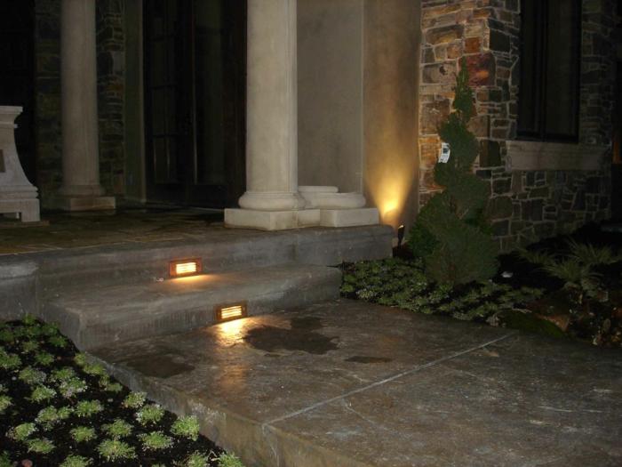 gartentreppe treppenstufen beleuchten gartenweg gartenpflanzen