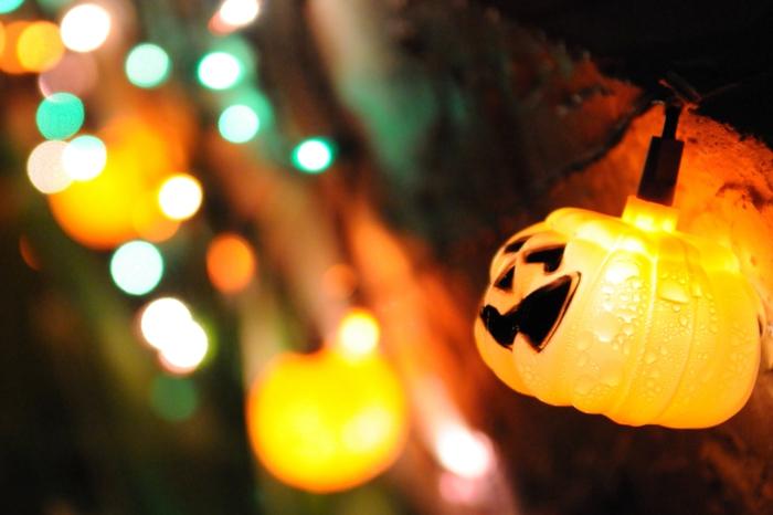 halloween ideen deko lichtkette leuchtende kürbisse