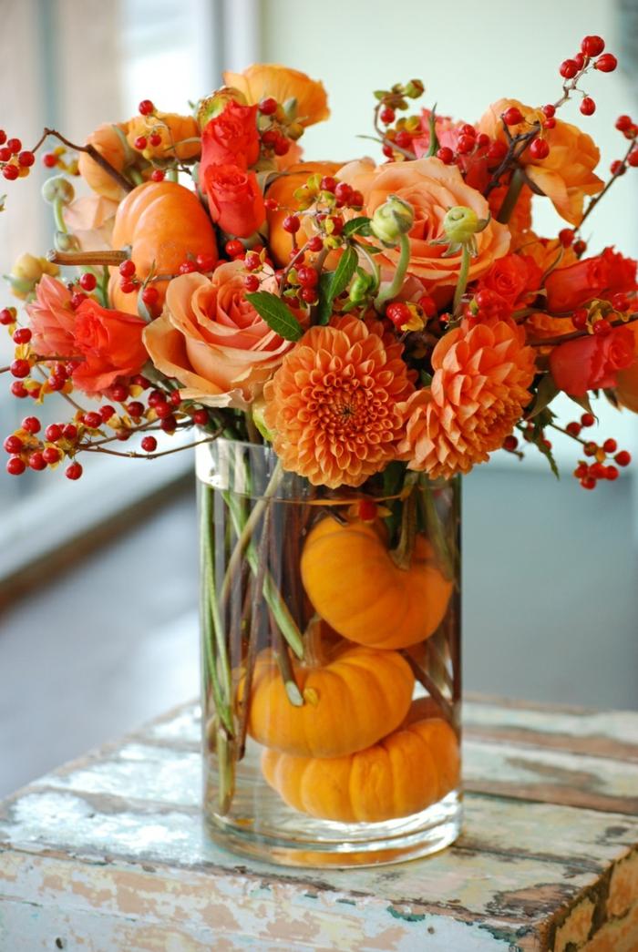 herbst deko ideen herbstblumen kürbisse glasgefäß