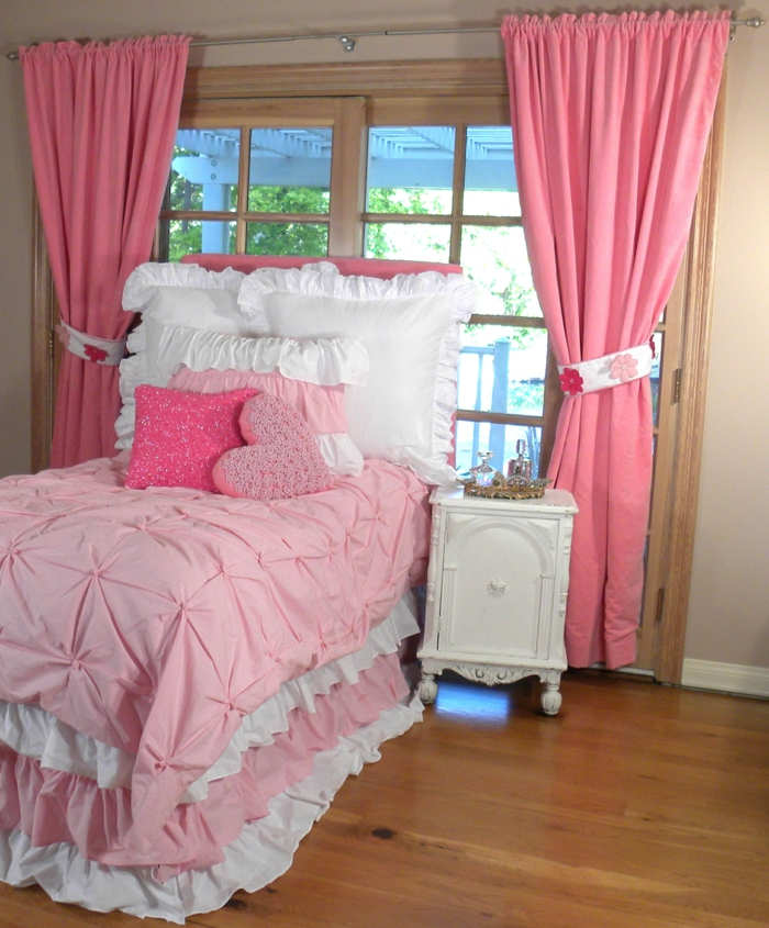 jugendzimmer für mädchen schöne bettwäsche rosa gardinen weißer nachttisch