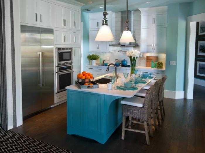 küche wandgestaltung blaue kücheninsel teppichläufer hellblaue wandfarbe