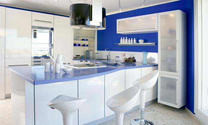 küche wandgestaltung ideen blaue wandfarbe weiße barhocker