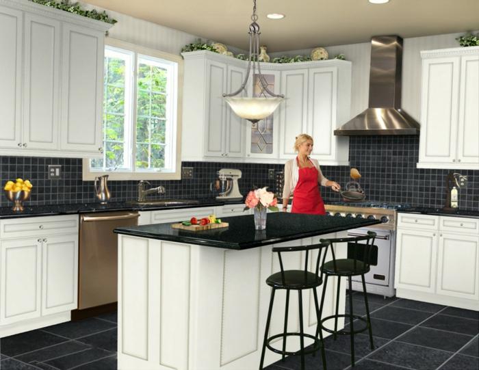 küche wandgestaltung dunkle wandfliesen schwarze bodenfliesen helle küchenschränke