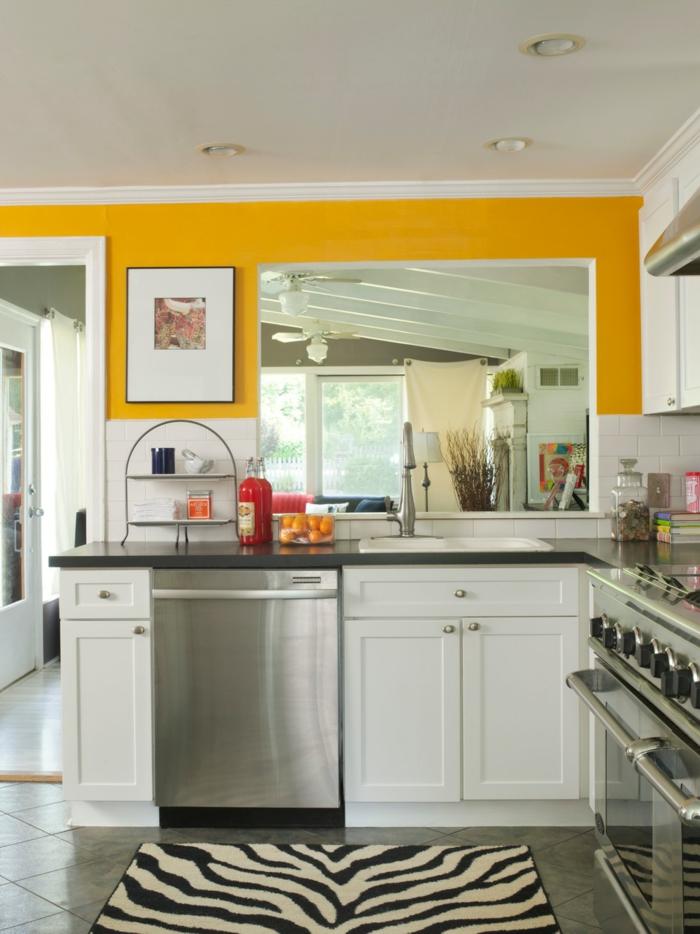 ... wandgestaltung gelbe akzente fellteppich kleine küche einbauleuchten