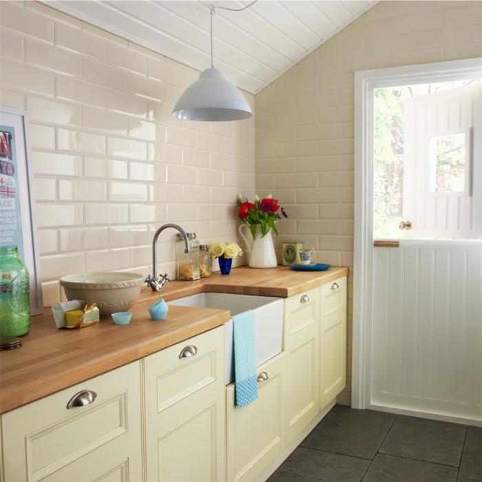 küchenfliesen creme farbe dunkle bodenfliesen küchenschränke