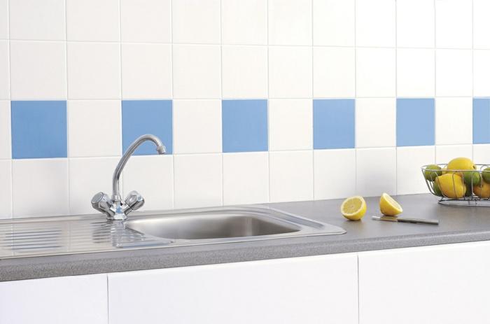 küchenfliesen richtig auswählen minimalistisch blau weiß klassisch