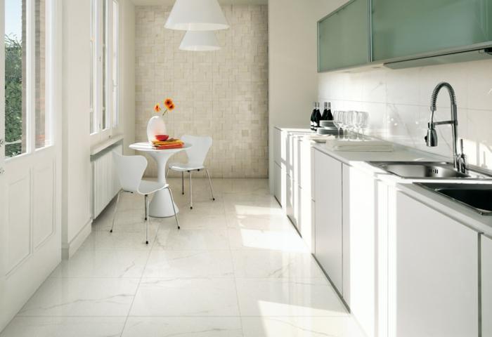 küchenfliesen wandfliesen bodenfliesen weiße küchenschränke kleiner küchentisch