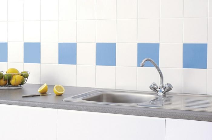 küchenfliesen weiß blau küchenarbeitsplatte weiße küchenschränke