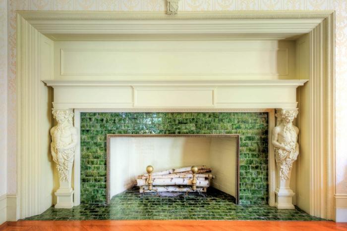 kamin design wohnzimmer grüne fliesen deko kaminzins