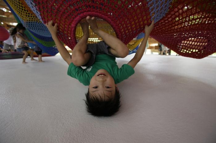 kinder spielen am spielplatz aus strickwaren