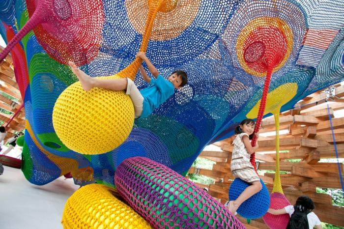 kinderspielplatz kunstwerke aus strickwaren