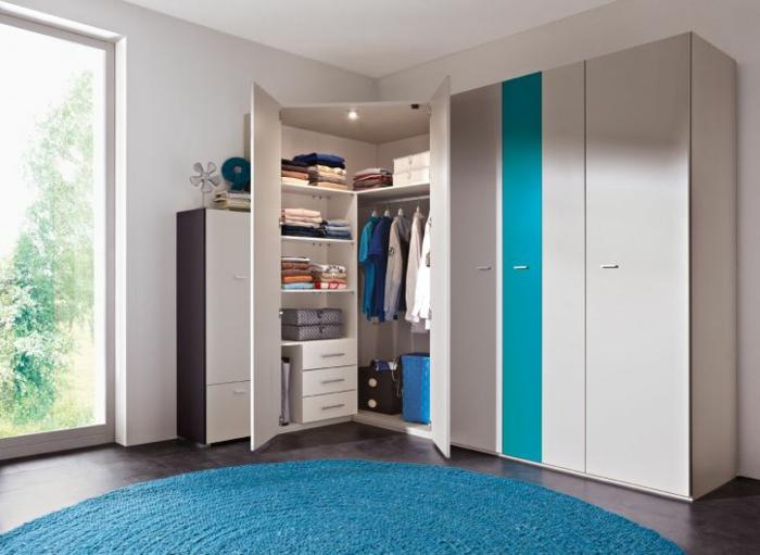 kinderzimmer einrichten möbel funktionaler kleiderschrank runder blauer teppich