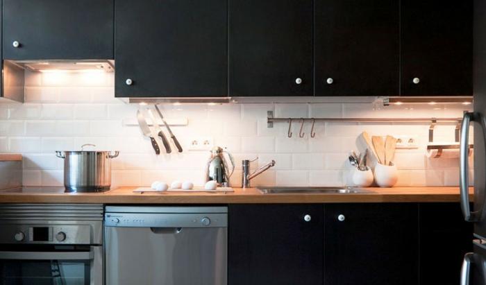 kleine küchen dunkle küchenschränke weiße wandfliesen