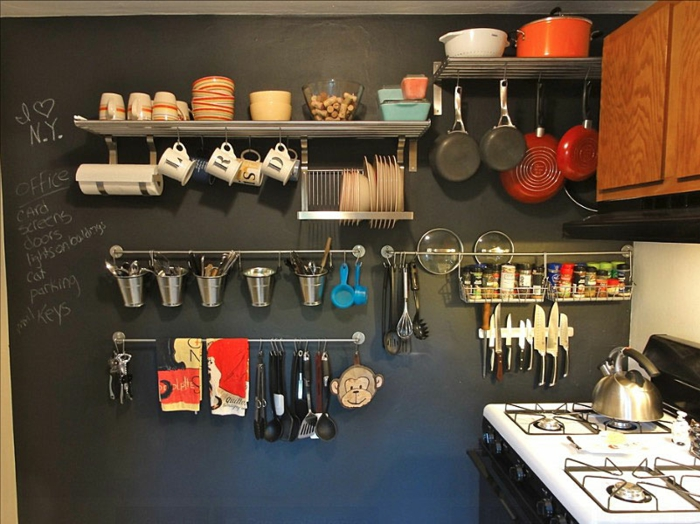 kleine küchen einrichten ideen wandgestaltung schwarze wand