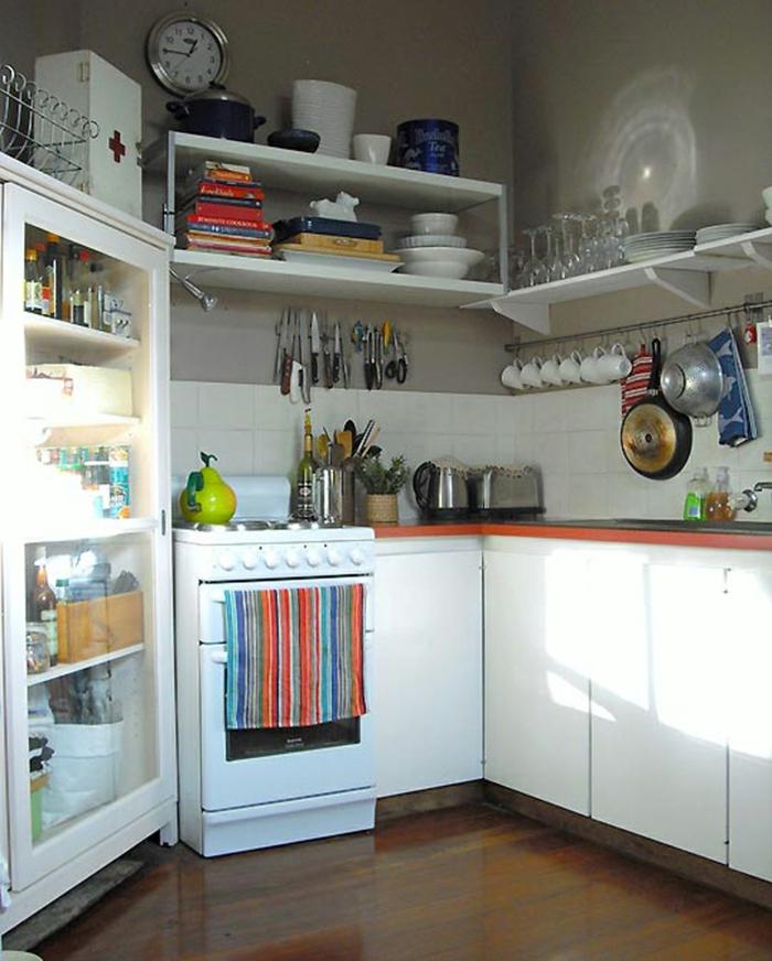kleine küchen einrichten weiße küchenschränke offene wandregale