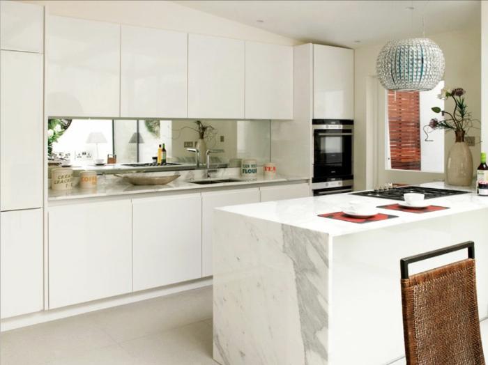 kleine küchen einrichtung ideen weiße kücheninsel pendelleuchte
