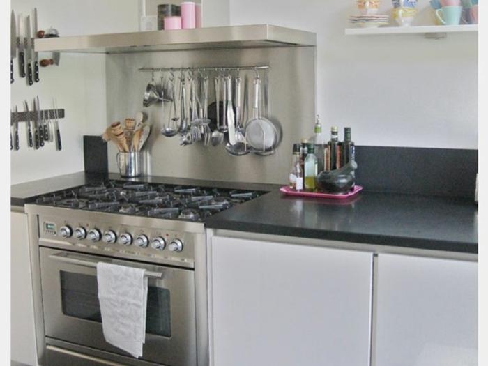 kleine küchen funktionale wandgestaltung geschirr ordnen
