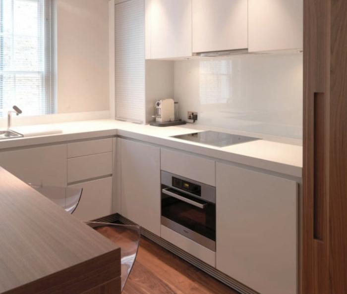 kleine küchen helle küchenschränke holzboden coole barhocker
