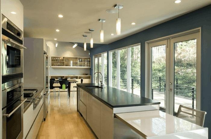 moderne küche mit kochinsel mit großer arbeitsfläche