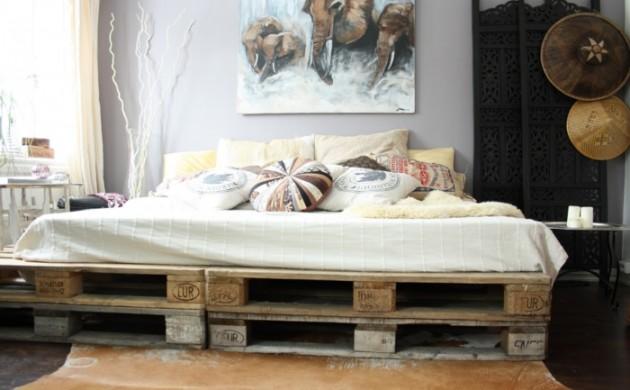 moderne-schlafzimmer-pallettenbett-dekokissen-helle-wandgestaltung