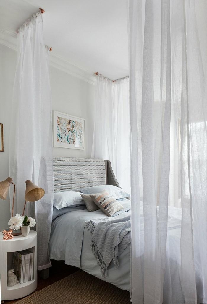 modernes schlafzimmer himmelbett teppich gemälde tischlampen